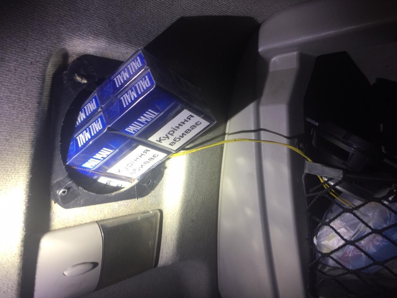 Закарпатські прикордонники забрали у водія тягач через приховані 1090 пачок цигарок (ФОТО), фото-2