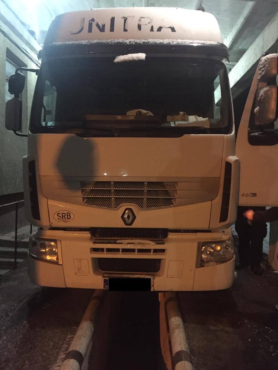 Закарпатські прикордонники забрали у водія тягач через приховані 1090 пачок цигарок (ФОТО), фото-3