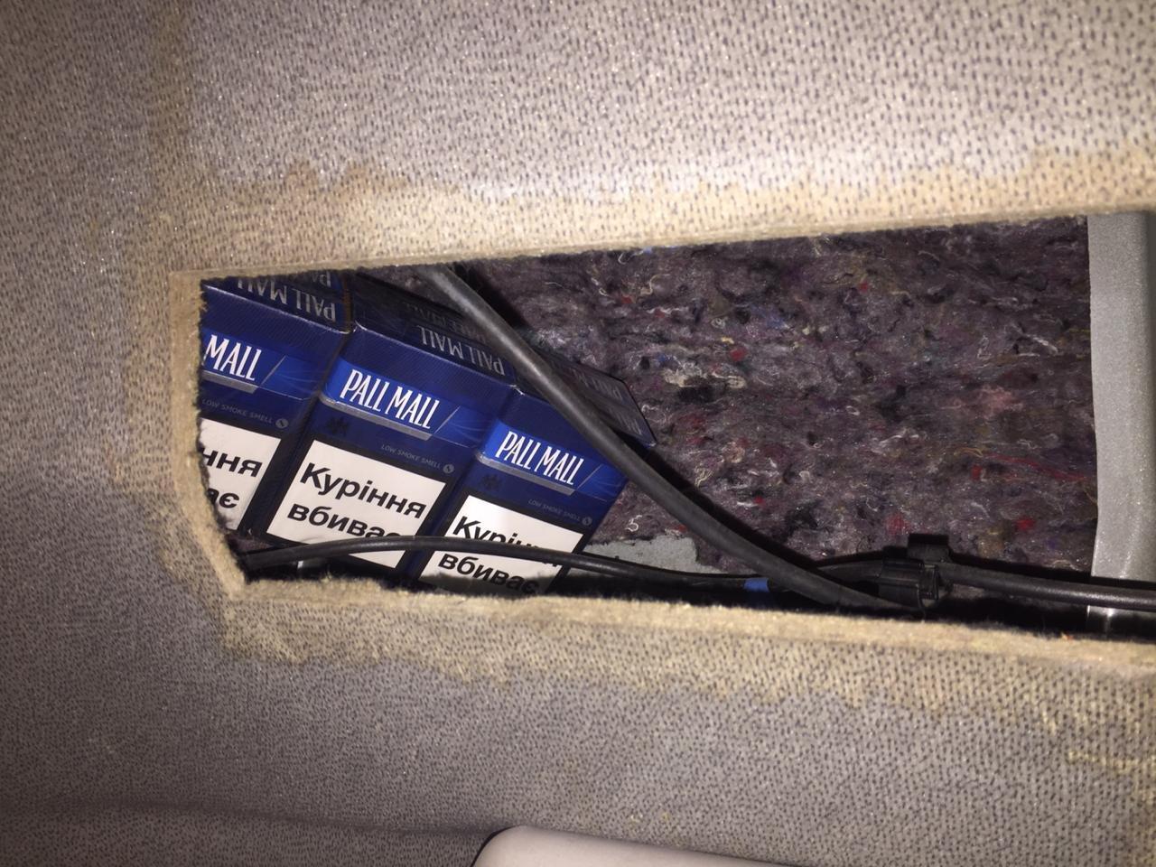 Закарпатські прикордонники забрали у водія тягач через приховані 1090 пачок цигарок (ФОТО), фото-4