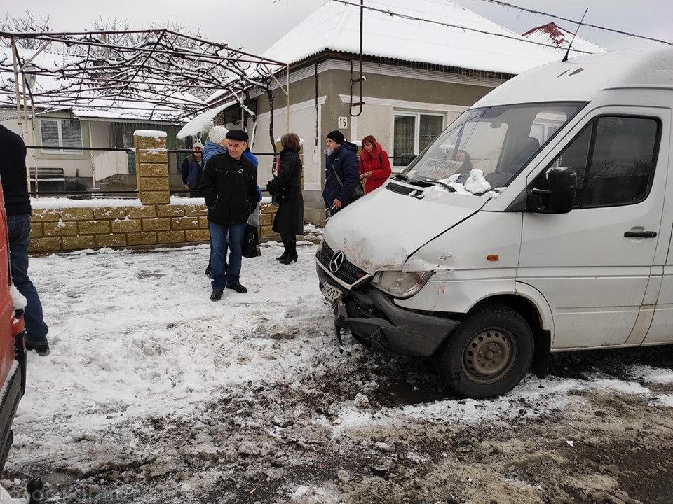 ДТП на Закарпатті: зіштовхнулись мікроавтобус та пасажирська маршрутка (ФОТО), фото-1