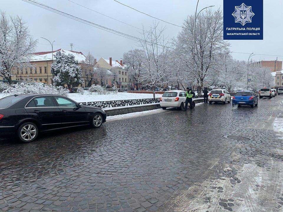 В Ужгороді штрафують водіїв, які паркуються на лівій смузі дороги на Петефі (ФОТО), фото-2