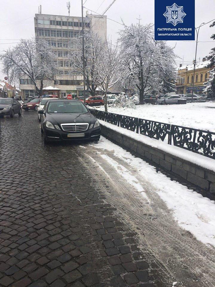 В Ужгороді штрафують водіїв, які паркуються на лівій смузі дороги на Петефі (ФОТО), фото-1
