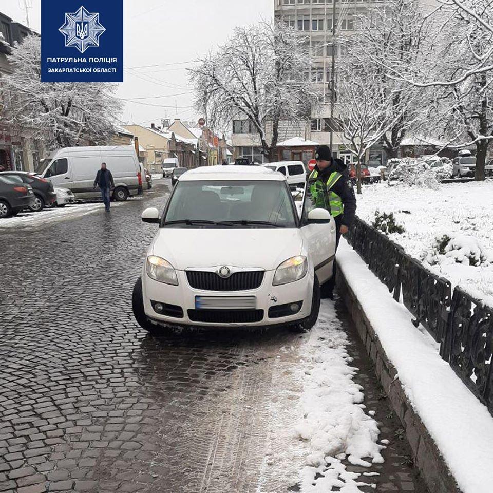 В Ужгороді штрафують водіїв, які паркуються на лівій смузі дороги на Петефі (ФОТО), фото-3