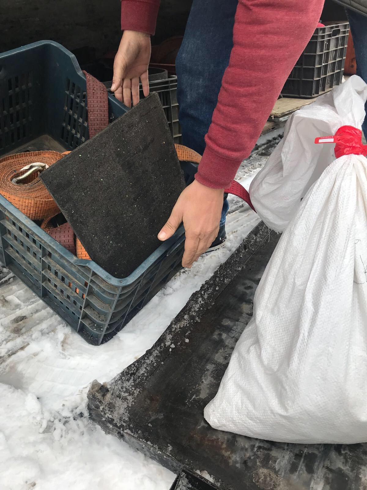 Віз на прохання знайомого: на кордоні закарпатські митники вилучили у іноземця 6,4 кг бурштину (ФОТО), фото-2