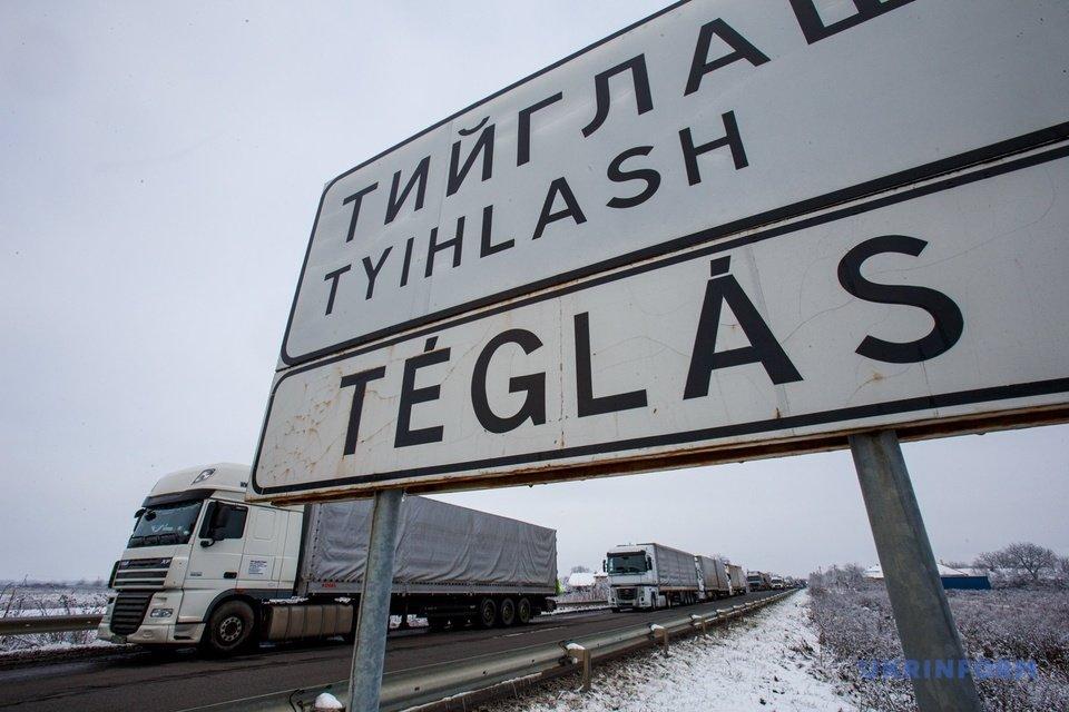 Черги зростають: біля Ужгорода прикордонники нарахували 700 вантажівок (ФОТО), фото-2