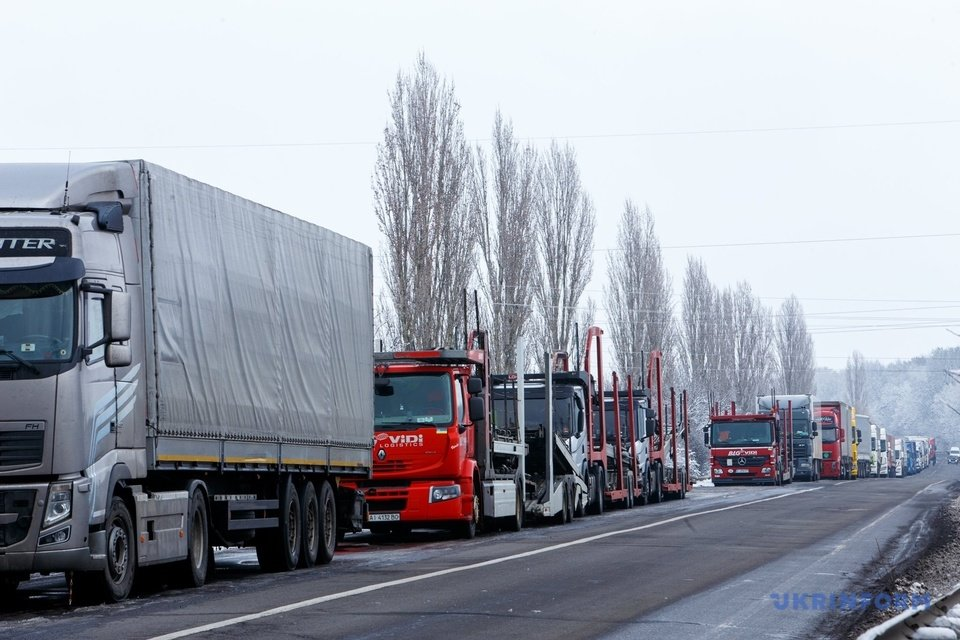Черги зростають: біля Ужгорода прикордонники нарахували 700 вантажівок (ФОТО), фото-3