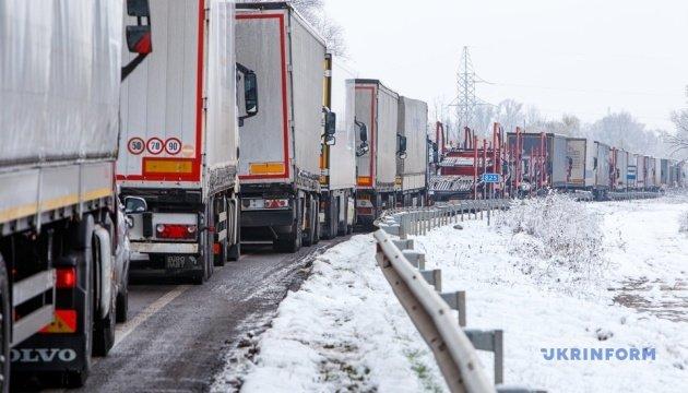 Черги зростають: біля Ужгорода прикордонники нарахували 700 вантажівок (ФОТО), фото-1