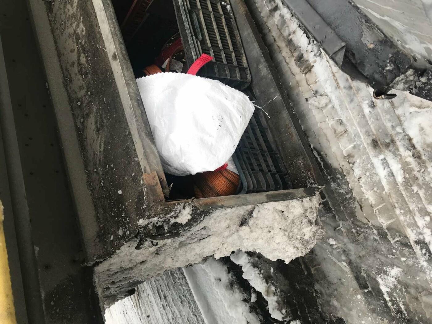 Віз на прохання знайомого: на кордоні закарпатські митники вилучили у іноземця 6,4 кг бурштину (ФОТО), фото-1
