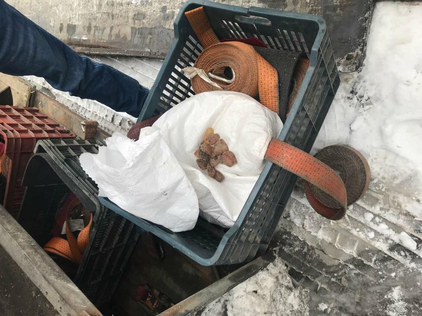 Віз на прохання знайомого: на кордоні закарпатські митники вилучили у іноземця 6,4 кг бурштину (ФОТО), фото-4