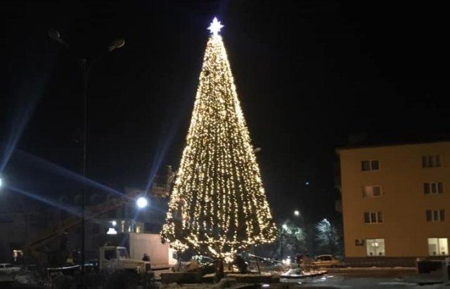 На Закарпатті встановили ще одну новорічну ялинку (ФОТО), фото-4