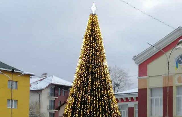 На Закарпатті встановили ще одну новорічну ялинку (ФОТО), фото-3
