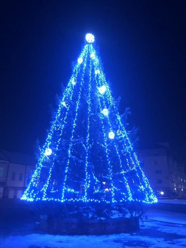 У Хусті пробно запалили вогні на головній новорічній ялинці міста (ФОТО), фото-1