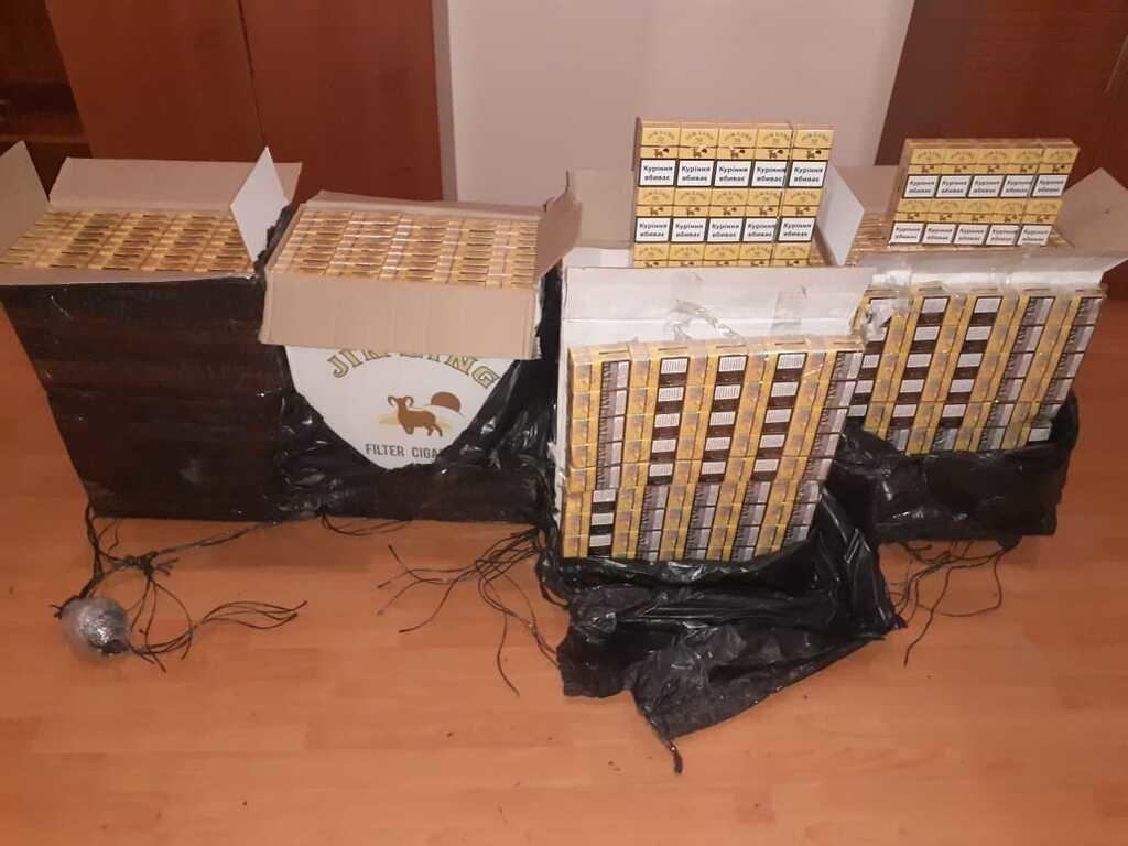 На Закарпатті контрабандисти втекли від прикордонників, покинувши 2550 пачок цигарок (ФОТО), фото-2