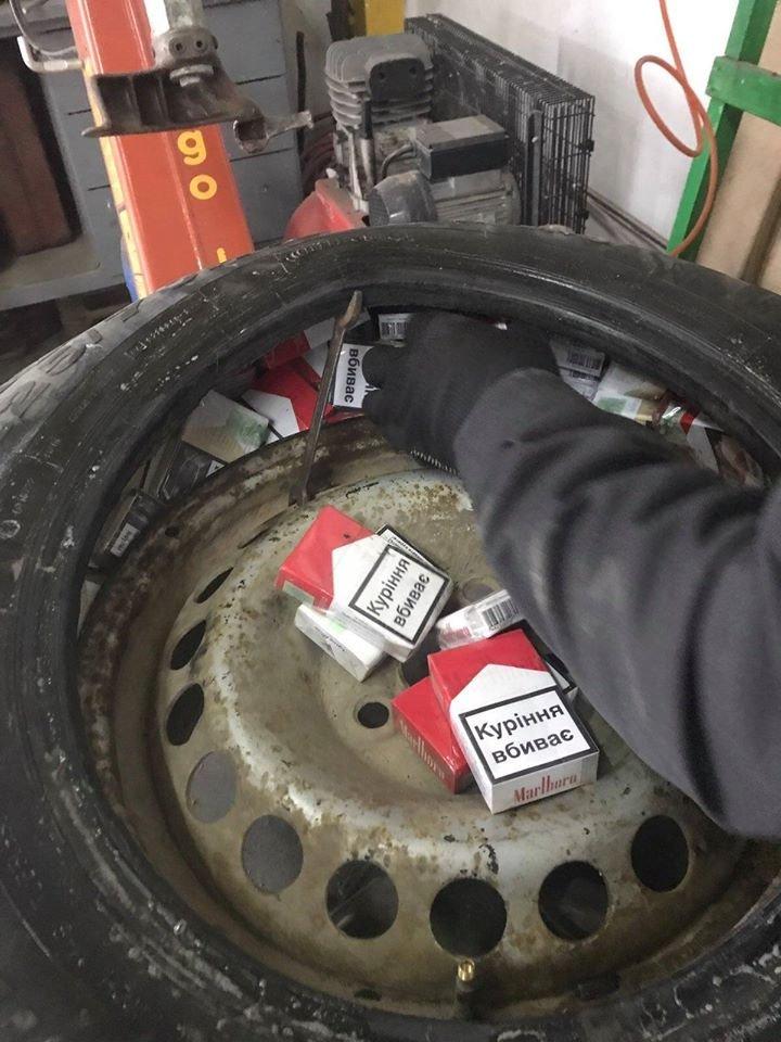 Через приховані 216 пачок сигарет українець позбувся...запасного колеса (ФОТО), фото-2