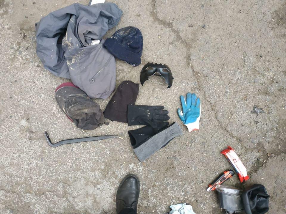 Беззаперечні докази злочину: у Берегові затримали зловмисників з «фомкою», маскою та грошима (ФОТО), фото-3