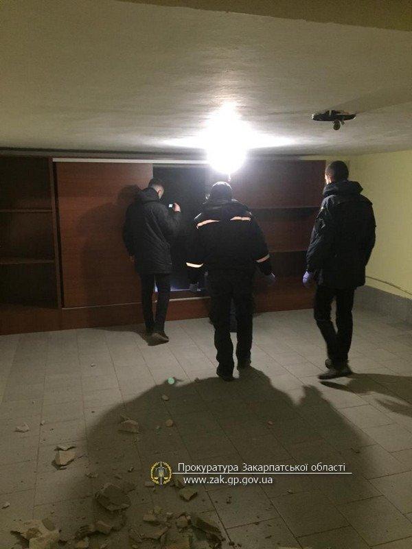 На Закарпатті депутат зі спільниками незаконно утримували іноземців у підвалі, забравши цінності та гроші (ФОТО), фото-1