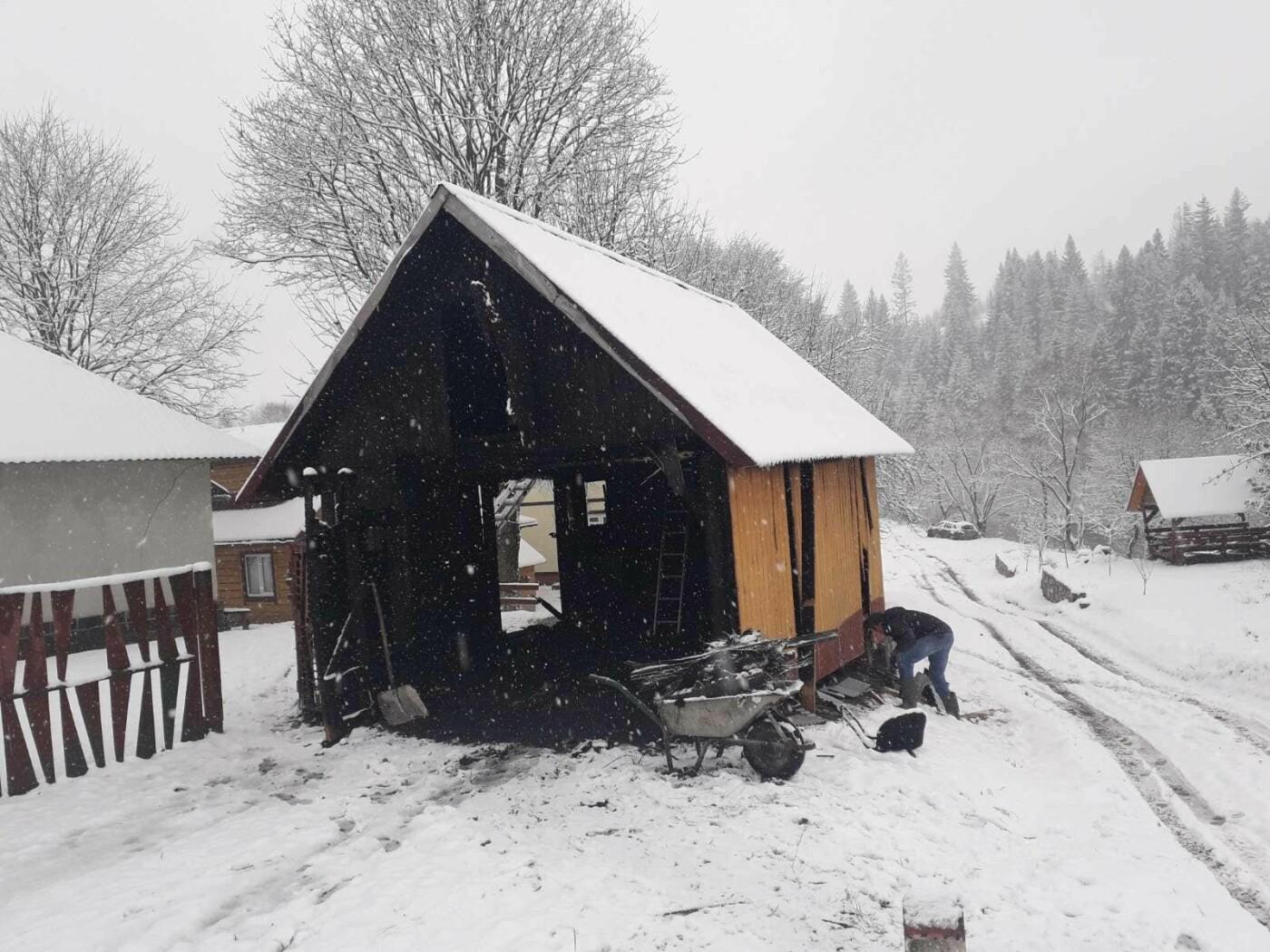 У закарпатця згорів гараж разом із авто (ФОТО), фото-1