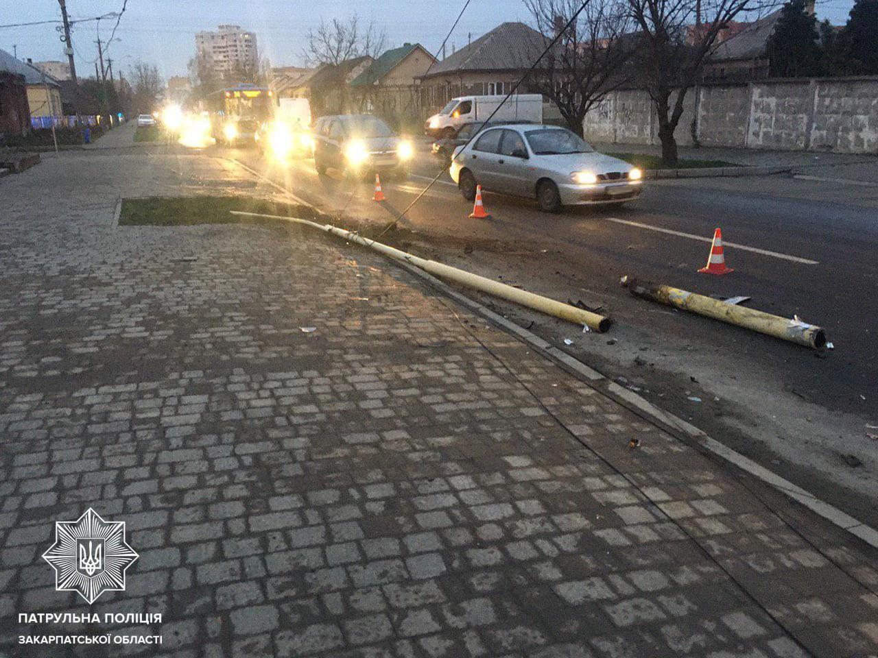 Зніс електроопору: в Ужгороді п'яний водій скоїв ДТП (ФОТО), фото-1