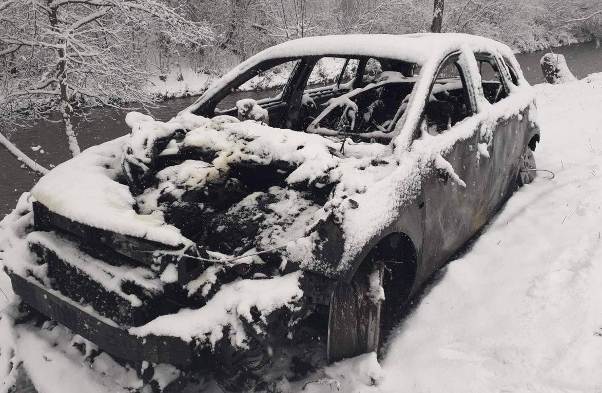 Завів двигун автомобіля та пішов в будинок: на Закарпатті автівка згоріла разом з гаражем (ФОТО), фото-1
