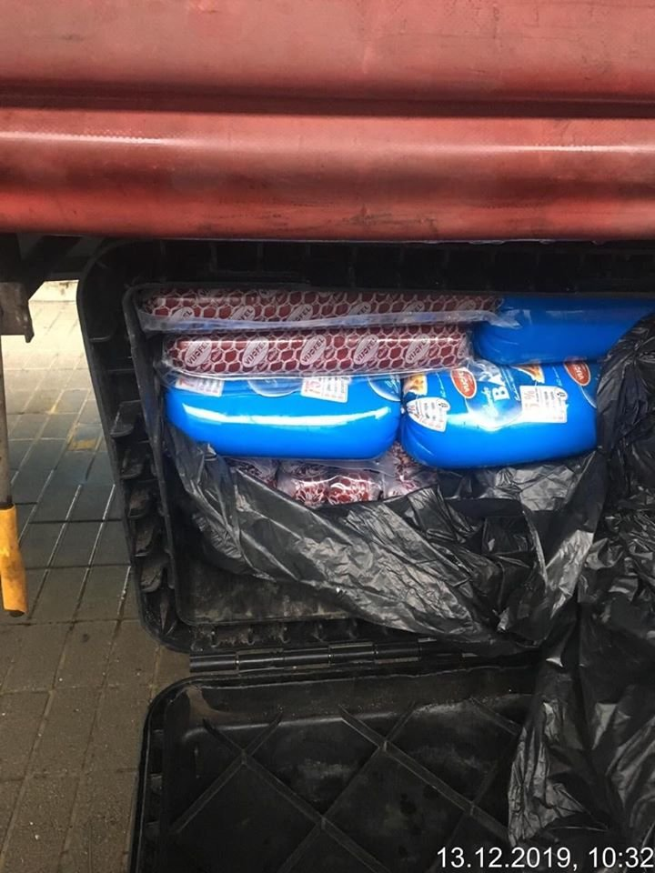 """Не довіз на свята: на КПП """"Ужгород"""" у водія конфіскували 213 ковбас (ФОТО), фото-4"""