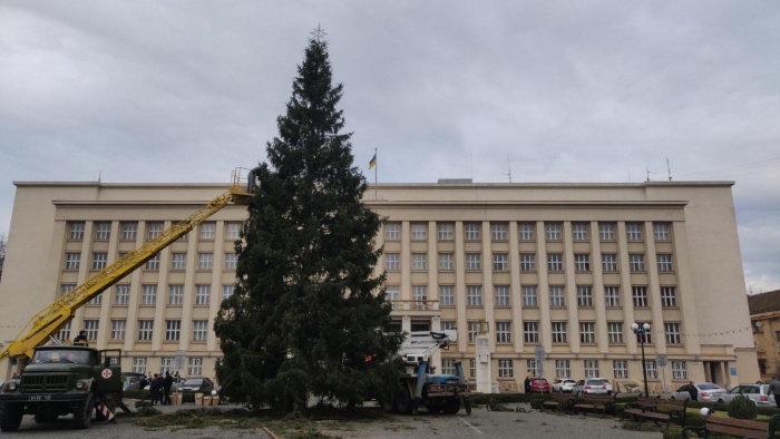 Головну ялинку Закарпаття почали прикрашати в Ужгороді (ФОТО, ВІДЕО), фото-1