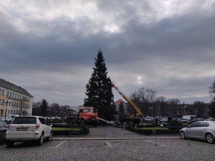 Головну ялинку Закарпаття почали прикрашати в Ужгороді (ФОТО, ВІДЕО), фото-3