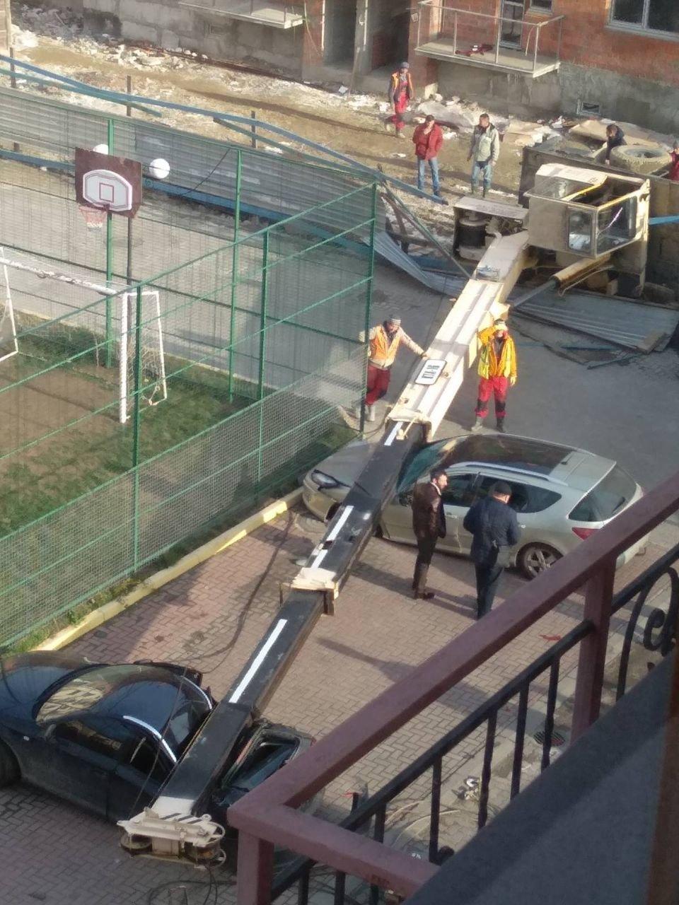 В Ужгороді впав будівельний кран - постраждали припарковані авто (ФОТО, ВІДЕО), фото-2