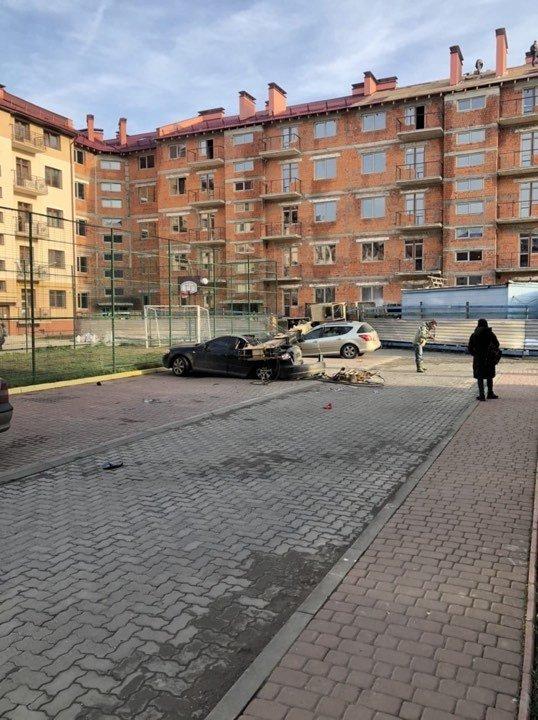 В Ужгороді впав будівельний кран - постраждали припарковані авто (ФОТО, ВІДЕО), фото-1