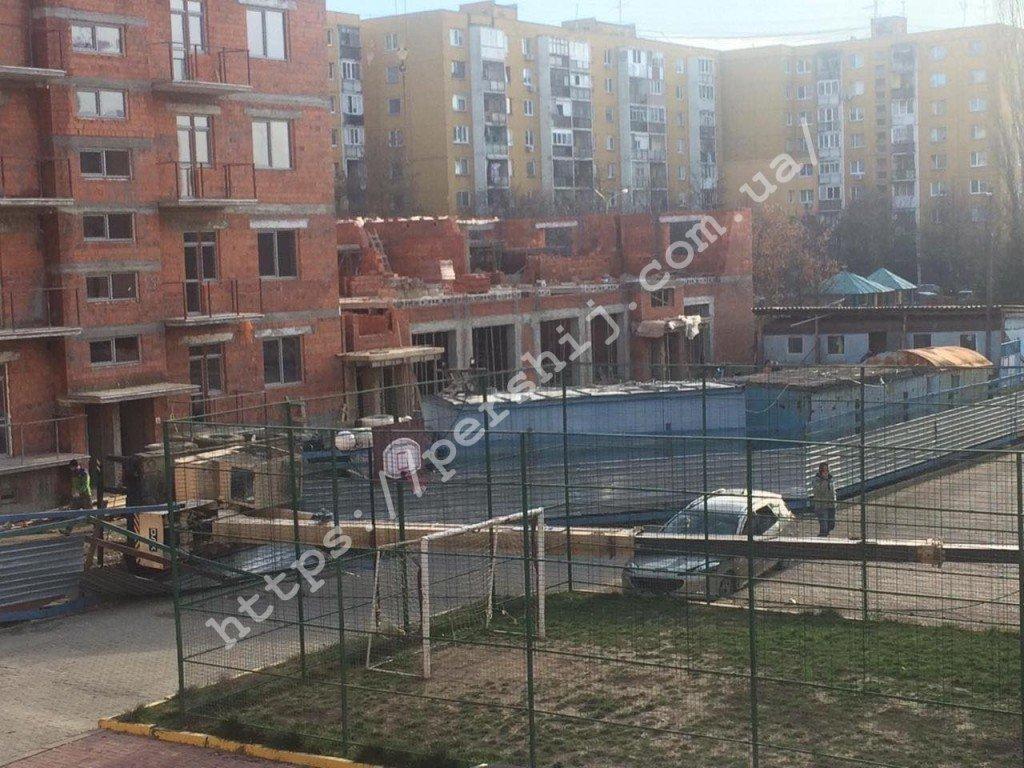 В Ужгороді впав будівельний кран - постраждали припарковані авто (ФОТО, ВІДЕО), фото-3