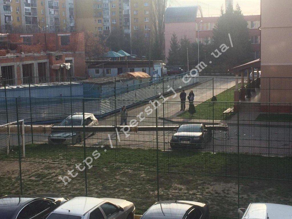 В Ужгороді впав будівельний кран - постраждали припарковані авто (ФОТО, ВІДЕО), фото-5