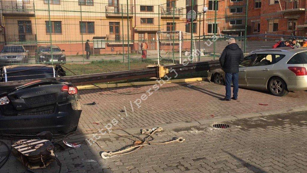 В Ужгороді впав будівельний кран - постраждали припарковані авто (ФОТО, ВІДЕО), фото-4