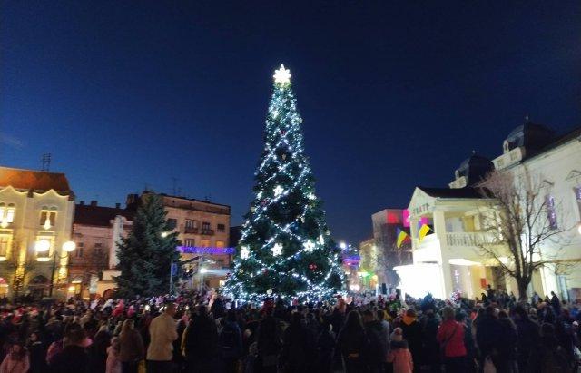 Свято наближається: у Мукачеві засяяли вогні на головній ялинці міста (ФОТО), фото-5