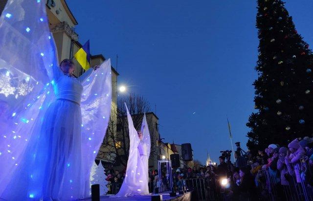 Свято наближається: у Мукачеві засяяли вогні на головній ялинці міста (ФОТО), фото-4