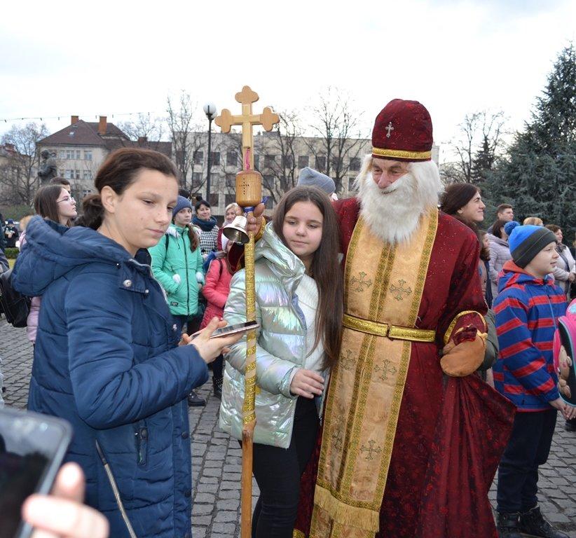 У День святого Миколая засяяла головна ялинка Закарпаття (ФОТО), фото-5