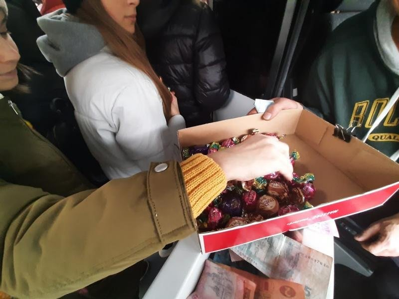 Ужгородців Миколай частував солодким у громадському транспорті (ФОТО), фото-1