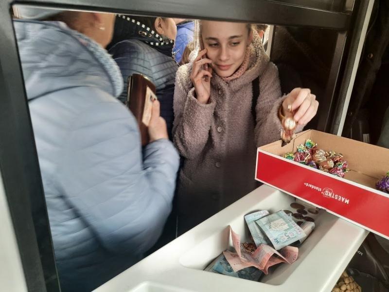 Ужгородців Миколай частував солодким у громадському транспорті (ФОТО), фото-3