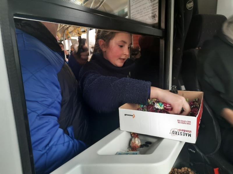 Ужгородців Миколай частував солодким у громадському транспорті (ФОТО), фото-4
