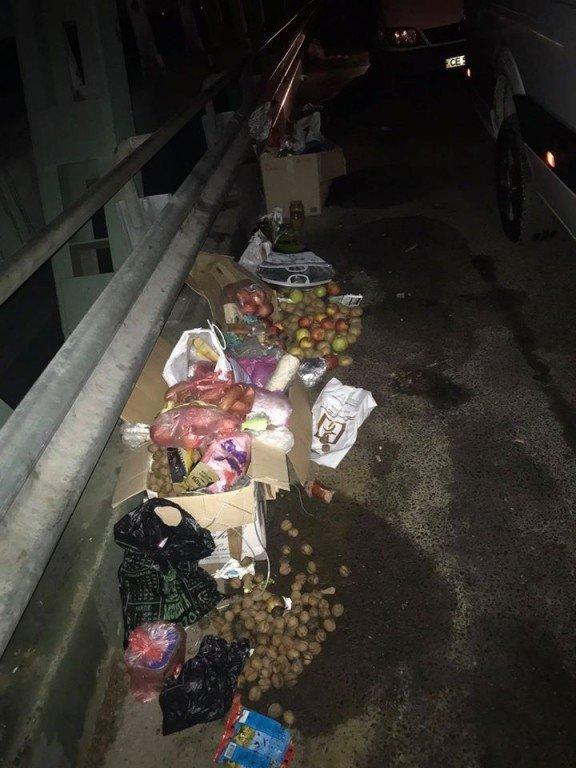 """Харчі на сміття: На КПП """"Тиса-Захонь"""" угорці штрафують за продукти та розвертають авто (ФОТО), фото-1"""