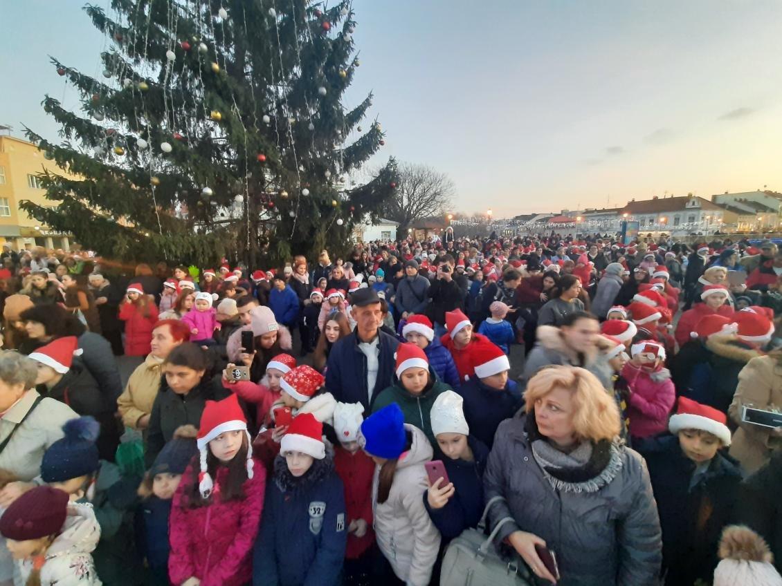 Майже дві сотні учасників: ужгородський парад Миколайчиків став рекордним за кількістю людей, фото-3