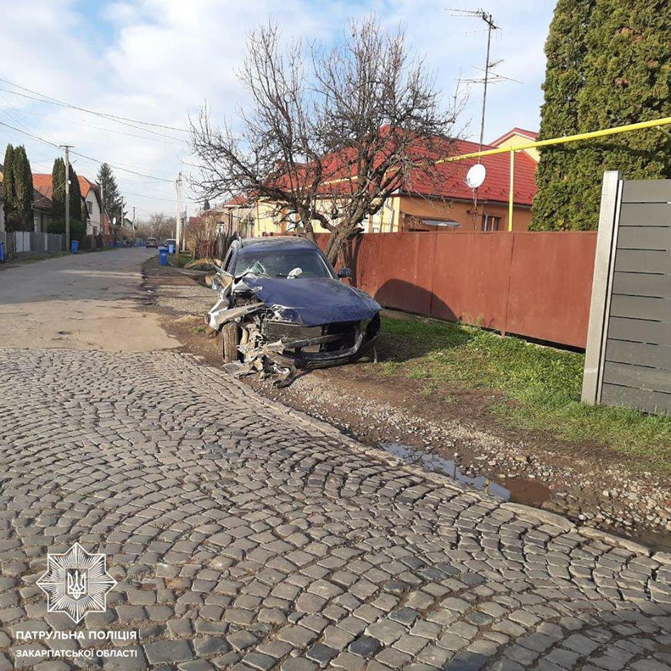 У Мукачеві шукають водія, який врізався у електроопору та зник, покинувши авто (ФОТО), фото-1