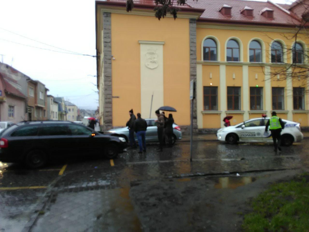 У Мукачеві не розминулись три легковики (ФОТО), фото-2