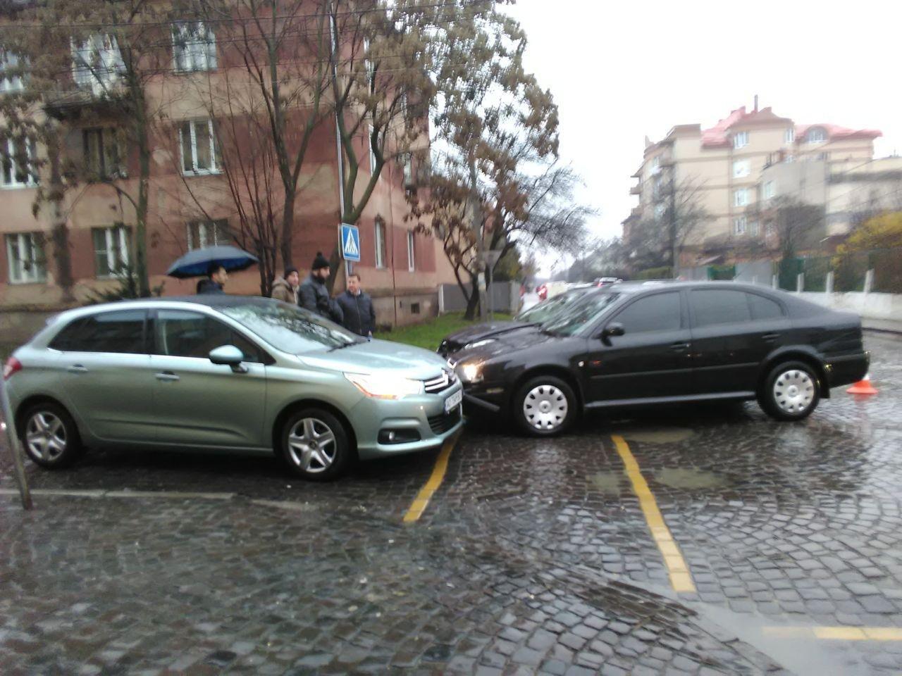 У Мукачеві не розминулись три легковики (ФОТО), фото-1
