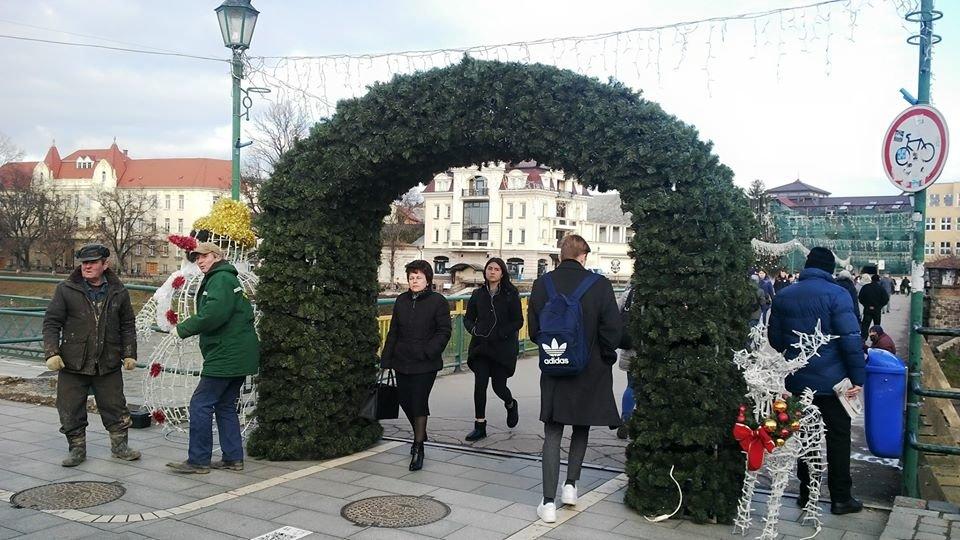 В Ужгороді біля пішохідного моста встановили новорічну арку (ФОТО), фото-1