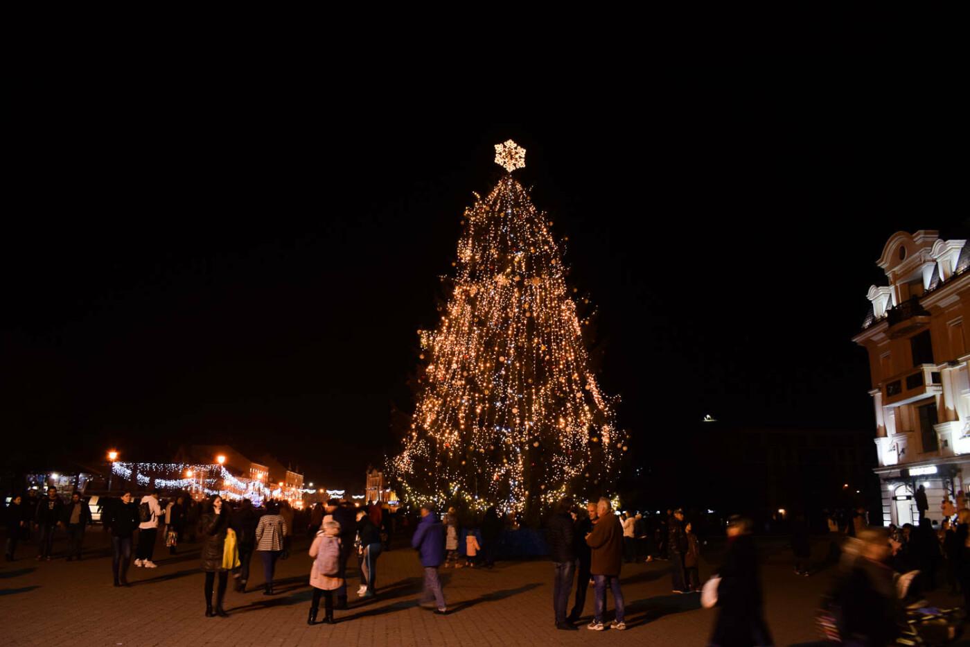 Яскраві ілюмінації, фотозони та ярмарок: в Ужгороді панує святкова атмосфера (ФОТОРЕПОРТАЖ), фото-2