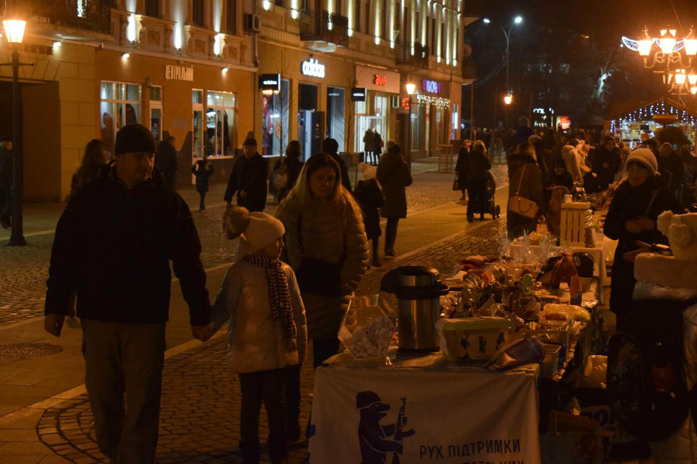 Яскраві ілюмінації, фотозони та ярмарок: в Ужгороді панує святкова атмосфера (ФОТОРЕПОРТАЖ), фото-4