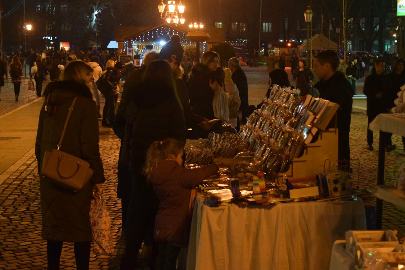 Яскраві ілюмінації, фотозони та ярмарок: в Ужгороді панує святкова атмосфера (ФОТОРЕПОРТАЖ), фото-5