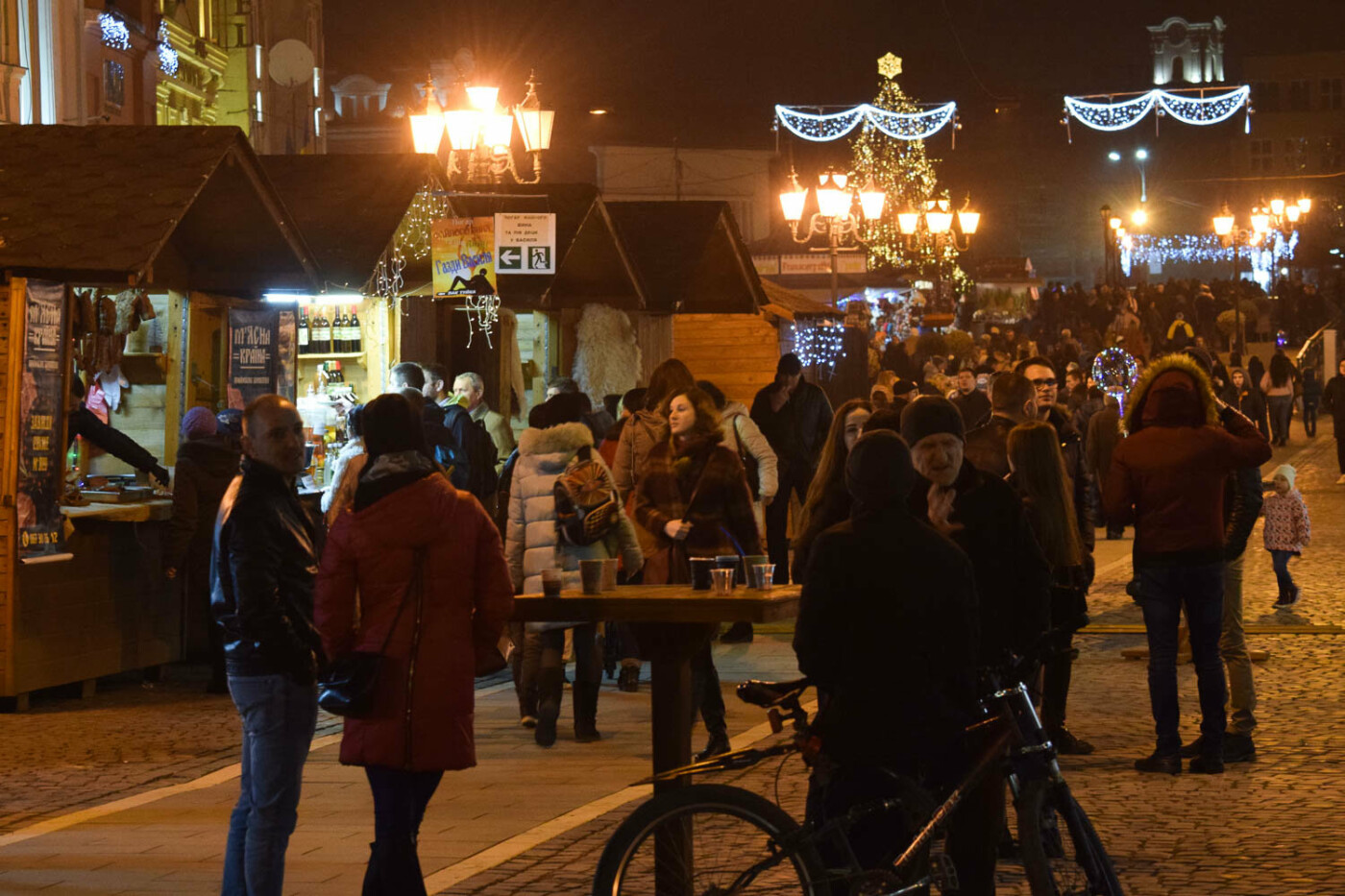Яскраві ілюмінації, фотозони та ярмарок: в Ужгороді панує святкова атмосфера (ФОТОРЕПОРТАЖ), фото-7