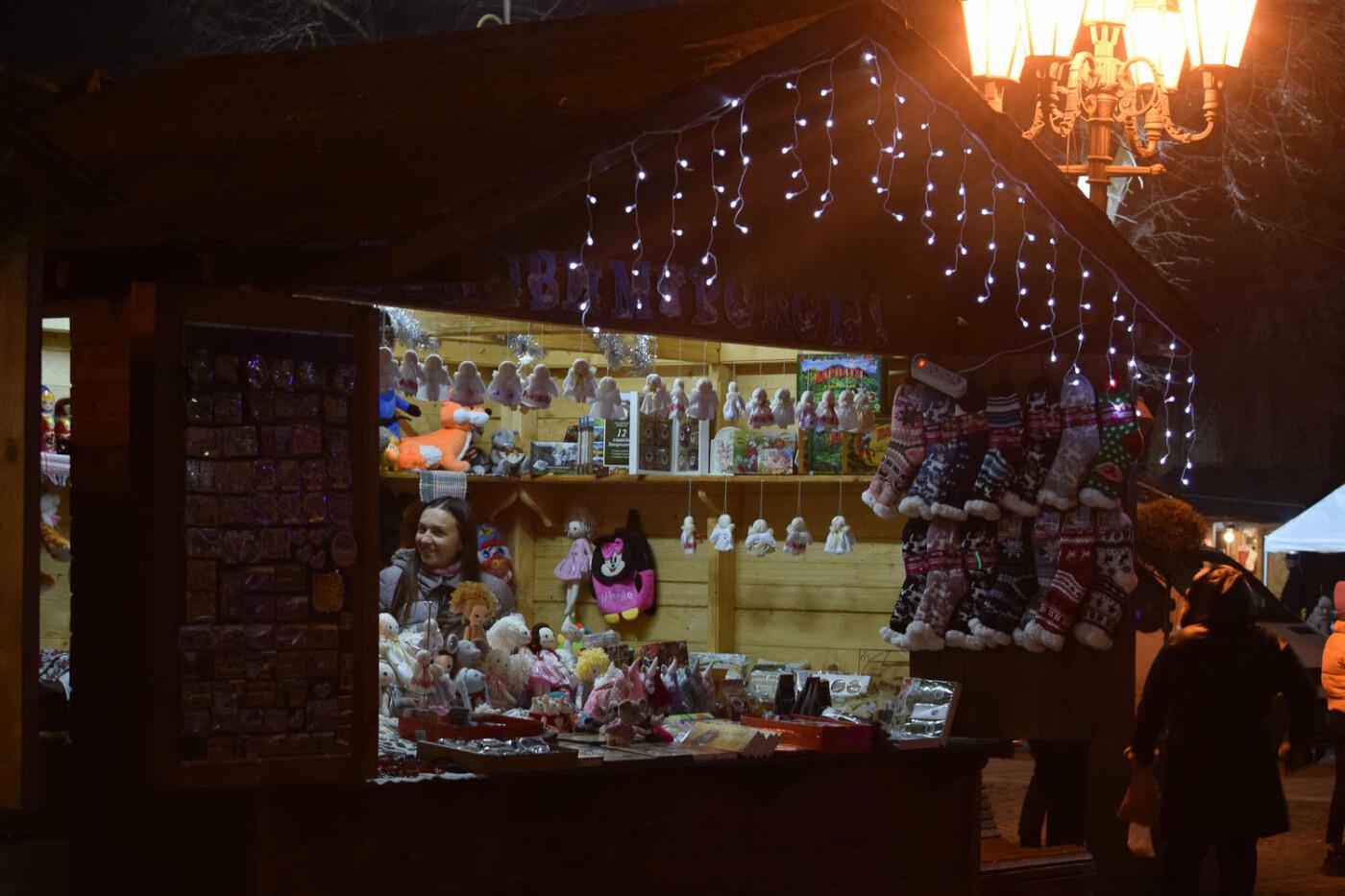 Яскраві ілюмінації, фотозони та ярмарок: в Ужгороді панує святкова атмосфера (ФОТОРЕПОРТАЖ), фото-8