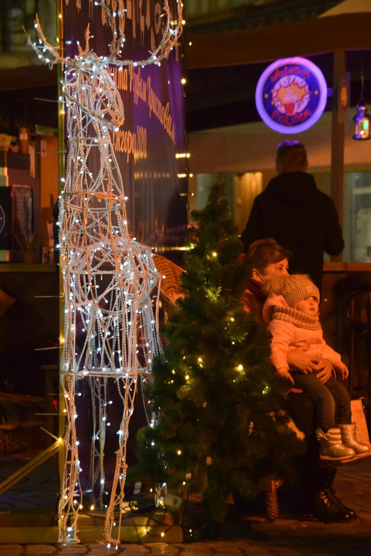 Яскраві ілюмінації, фотозони та ярмарок: в Ужгороді панує святкова атмосфера (ФОТОРЕПОРТАЖ), фото-11