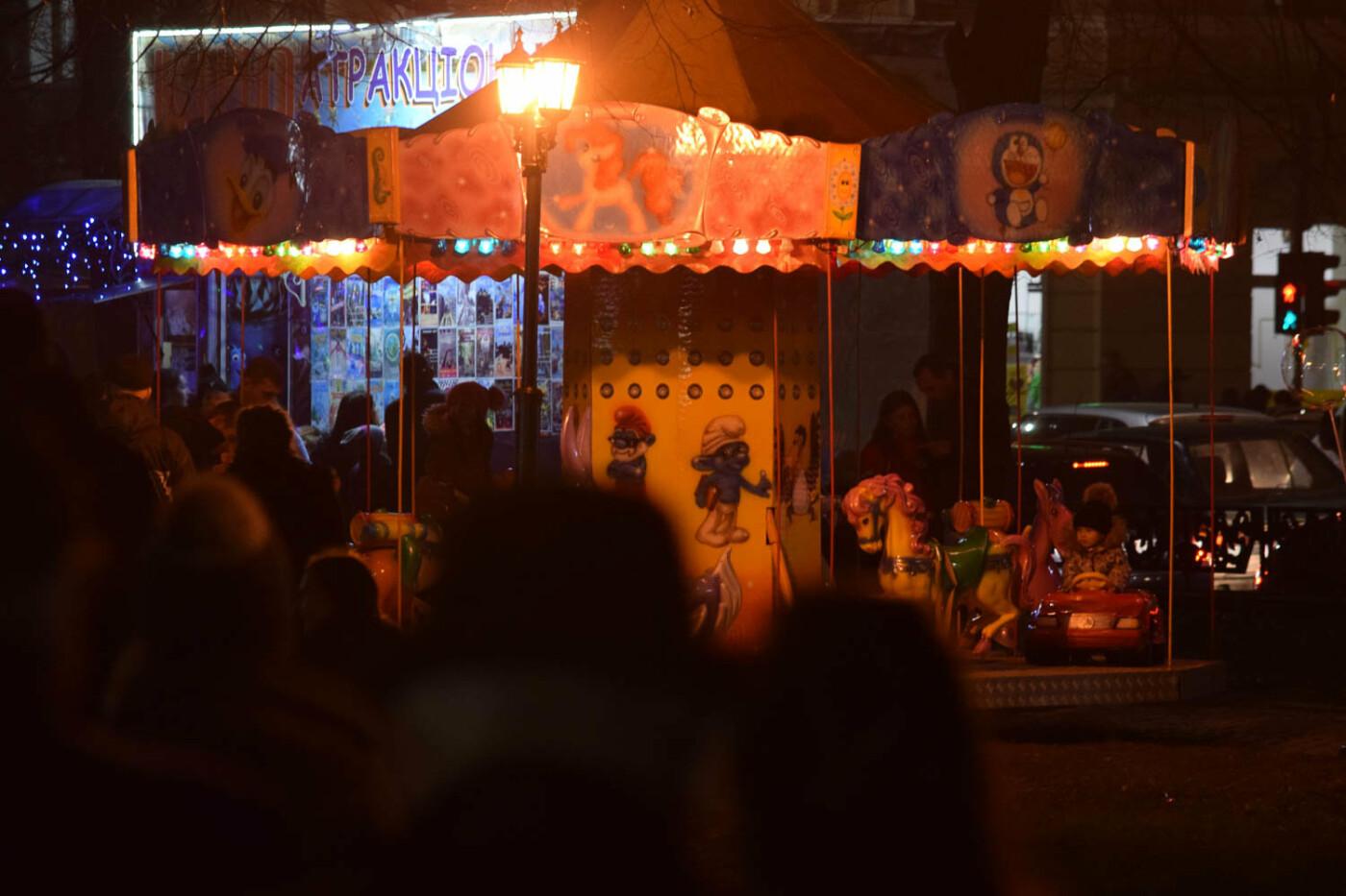 Яскраві ілюмінації, фотозони та ярмарок: в Ужгороді панує святкова атмосфера (ФОТОРЕПОРТАЖ), фото-12